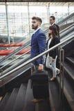 Ejecutivos de negocios que caminan en las escaleras fuera de la plataforma Imagenes de archivo