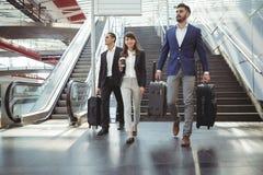 Ejecutivos de negocios que caminan en las escaleras fuera de la plataforma Foto de archivo libre de regalías