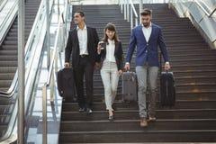 Ejecutivos de negocios que caminan en las escaleras fuera de la plataforma Imagen de archivo