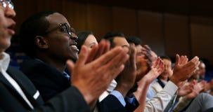 Ejecutivos de operaciones que aplauden en una reunión de negocios