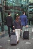 Ejecutivos de operaciones que caminan con la maleta fuera de la plataforma Fotos de archivo