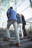 Ejecutivos de operaciones que caminan en las escaleras fuera de la plataforma Foto de archivo libre de regalías