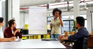 Ejecutivos de operaciones que discuten durante la reunión almacen de video