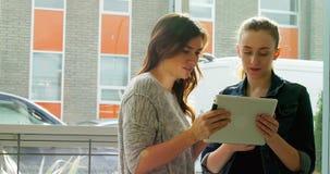 Ejecutivos de operaciones que discuten sobre la tableta digital