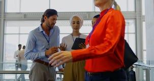 Ejecutivos de operaciones que discuten sobre la tableta digital en la oficina 4k almacen de video