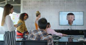 Ejecutivos de operaciones que hacen videoconferencia en la oficina moderna 4k almacen de video