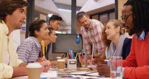 Ejecutivos de operaciones que obran recíprocamente con uno a durante la reunión
