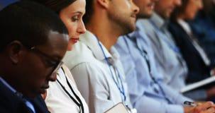 Ejecutivos de operaciones que participan en una reunión de negocios