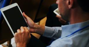 Ejecutivos de operaciones que participan en una reunión de negocios usando la tableta digital