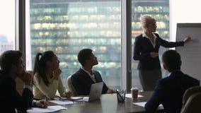 Ejecutivos diversos que discuten el nuevo plan empresarial con el altavoz femenino almacen de video