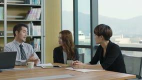 Ejecutivos empresariales asiáticos que se encuentran en oficina almacen de video