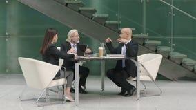 Ejecutivos empresariales multiétnicos que se encuentran en oficina moderna