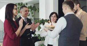 Ejecutivos que celebran su cumpleaños de los colegas en oficina almacen de metraje de vídeo