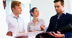 Ejecutivos que discuten sobre un documento
