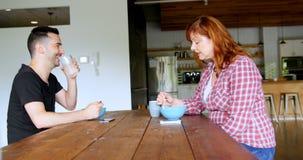 Ejecutivos que hablan el uno al otro mientras que teniendo comida 4k almacen de video