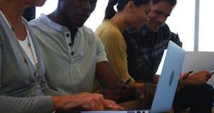 Ejecutivos que usan la computadora portátil almacen de video
