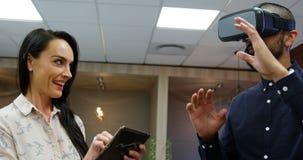 Ejecutivos que usan las auriculares y la tableta digital 4k de la realidad virtual metrajes