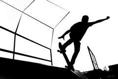Ejemplo blanco y negro de la silueta del patinador en la rampa imagen de archivo