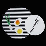 Ejemplo con los huevos revueltos en una placa rayada ilustración del vector