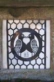 Ejemplo de dos pájaros que forman una forma del corazón con su cuerpo en la capilla de Tamukeyama Hachiman imagen de archivo