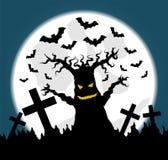 Ejemplo de Halloween con el árbol viejo asustadizo en cementerio Imagenes de archivo