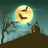 Ejemplo de Halloween del paisaje misterioso de la noche con el castillo y la Luna Llena Fotografía de archivo