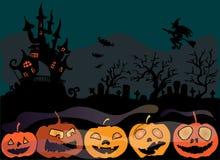 Ejemplo de Halloween El cementerio cerca del castillo Decoraciones de calabazas Buenas fiestas Fotografía de archivo