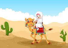 Ejemplo de la muchacha árabe que monta un camello en el desierto Fotos de archivo libres de regalías