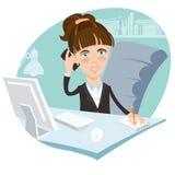 Ejemplo de la mujer de la oficina que se sienta en su escritorio de trabajo con el pH Imágenes de archivo libres de regalías