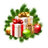 Ejemplo de la Navidad, chucherías brillantes y cajas de regalo en las ramas del abeto aisladas en blanco Foto de archivo libre de regalías