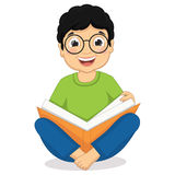 Ejemplo de la sentada feliz del muchacho mientras que lee a BO Imagen de archivo libre de regalías