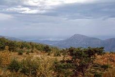 Ejemplo de las montañas ahumadas en último otoño fotografía de archivo libre de regalías