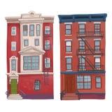 Ejemplo de los edificios rojos de varios pisos viejos aislados en el fondo blanco