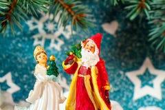 Ejemplo de Santa Claus en un trineo con el reno Imagenes de archivo
