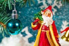 Ejemplo de Santa Claus en un trineo con el reno Imágenes de archivo libres de regalías
