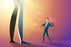 Ejemplo de un hombre de negocios confiado que rasga su camisa y que da vuelta en un super héroe que lucha con la compañía grande  ilustración del vector