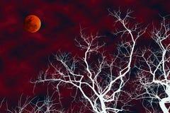 Ejemplo del árbol muerto de la silueta blanca con la luna de la sangre imagen de archivo