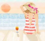 Ejemplo del cóctel de consumición de la muchacha rubia hermosa en la puesta del sol Imagenes de archivo