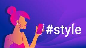 Ejemplo del vector de la pendiente del concepto del estilo de Hashtag de la mujer sensual del pelirrojo que usa el teléfono elega stock de ilustración