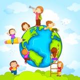 Niños alrededor del globo ilustración del vector