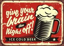 Ejemplo del vector del vintage con el vidrio de cerveza en fondo rojo stock de ilustración