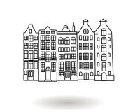 Ejemplo dibujado mano blanco y negro del vector de los edificios de varios pisos de la ciudad, casas céntricas Fotos de archivo