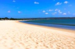 Ejemplo digital de la playa tropical Mar blanco de la playa y de la turquesa de la arena en día soleado libre illustration