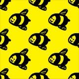 Ejemplo exhausto de la mano del vector de la abeja de la miel en fondo amarillo Modelo inconsútil de la abeja ilustración del vector