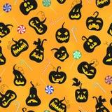 Ejemplo inconsútil en el tema de Halloween, calabazas con las caras Imagen de archivo libre de regalías