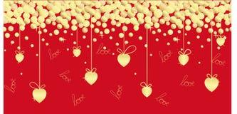 Ejemplo inconsútil festivo con los corazones de oro, cintas, letras de la mano en un fondo rojo stock de ilustración