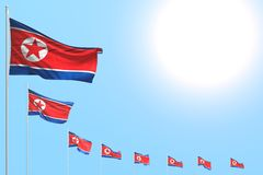 Ejemplo lindo de la bandera 3d del día del himno - muchas banderas de Corea del Norte colocaron diagonal en el cielo azul con el  ilustración del vector