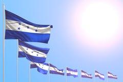 Ejemplo lindo de la bandera 3d del día del himno - muchas banderas de Honduras colocaron diagonal en el cielo azul con el lugar p stock de ilustración