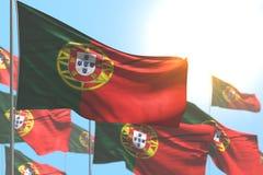Ejemplo lindo de la bandera 3d del día del himno - muchas banderas de Portugal son onda contra el ejemplo del cielo azul con el f ilustración del vector
