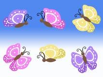 Ejemplos amarillos y rosados púrpuras de la mariposa de la primavera con el fondo azul y blanco Imágenes de archivo libres de regalías